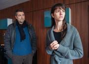 Stefan Gubser als Reto Flückiger befragt Sarah Spale als die Mutter des toten Mädchens. (Bild: SRF/Daniel Winkler)