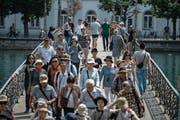 Auf dem Rathaussteg sind häufig auch Touristen unterwegs. (Bild: Dominik Wunderli (Luzern, 21. Juli 2017))