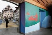 Hans Potthof (1911–2003) hat die offene Halle des Zollhauses am Kolinplatz zu einem in Farbe und Formen lebendigen Ort ausgestaltet. (Bild: Stefan Kaiser (Zug, 26. September 2017))