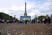 Die Begeisterung für die EM hält sich bei den Franzosen in Grenzen, hier beim Public Viewing vor dem Eiffelturm. (Bild: AFP)