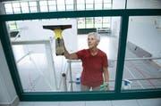 Annamarie Zieri putzt die Galerie in der Turnhalle. (Bild: Corinne Glanzmann / Neue NZ)