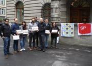 Die Verantwortlichen hinter der Petition reichen am Dienstagmorgen die mehr als 2600 Unterschriften bei der Stadt Luzern ein. (Bild: PD)