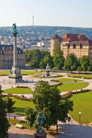 Am Schlossplatz ragt die Concordiasäule in die Höhe, am Horizont der Stuttgarter Fernsehturm.