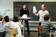 Sekundarlehrer René Huber mit Praktikantin Simone Staub während des Unterrichts an der Oberstufe in Wauwil. (Bild Boris Bürgisser)