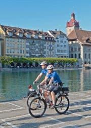 Zwei Polizisten beim Jesuitenplatz auf Patrouille. (Bild Luzerner Polizei)