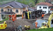 Ein mit Kies beladener Lastwagen kippte auf einer Baustelle in Emmetten. (Bild Kapo Nidwalden)