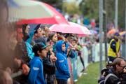 Die Zuger Fans stehen im Regen. (Bild Maria Schmid)