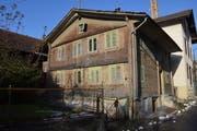 Ob bei den drei alten Häusern an der Rigigasse in Küssnacht historische Bausubstanz vorhanden ist, soll geprüft werden. (Bild: Charly Keiser / Neue SZ)