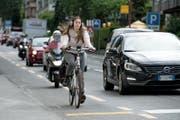 Ein Autofahrer überholt eine Velofahrerin, die auf dem Veloweg fährt (Symbolbild). (Bild: Corinne Glanzmann (Luzern, 3. Juli 2017))