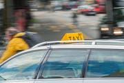 Ein Taxi beim Bahnhof in der Stadt Luzern. (Bild: Boris Bürgisser)