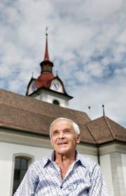 Eng mit seiner Kirche verbunden: Siegfried Schmid vor der Pfarrkirche St. Theodul in Menzberg. (Bild Corinne Glanzmann)