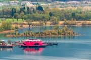 Die schwimmende Plattform Seerose gestern in Flüelen, wo sie überwintert. Ab Mai wird sie während fünf Monaten vor Vitznau ankern. (Bild Roger Grütter)