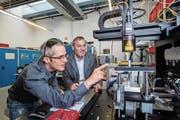 Leister-CEO Beat Mettler (rechts) und Applikationsingenieur Steffen Pappert begutachten ein Lasersystem. (Bild: Philipp Schmidli (Sarnen, 11. August 2017))