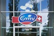 Das Logo am Hauptsitz von Emmi in Luzern. (Bild: Manuela Jans / Neue LZ)