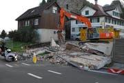 Die Mauer stürzte just dann auf die Strasse, als der Motorradfahrer die Baustelle passierte. (Bild: pd)