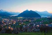 Blick auf den Schwyzer Talkessel mit dem Lauerzersee (rechts), dem Urmiberg (Mitte) und dem Vierwaldstättersee (links). (Bild: Keystone/Anthony Anex)
