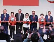 China und Bayern – Karl-Heinz Rummenigge durchschneidet das Band. (Bild: Imago (Schanghai, 22. März 2017))