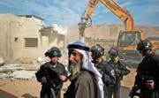 Ein Bagger zerstört im Westjordanland ein palästinensisches Gebäude. Israels Bauminister will mehr Siedlungen im Jordantal erlauben. (Bild: Jaafar Ashtiyeh/AFP (Jiftlik, 7. November 2017))