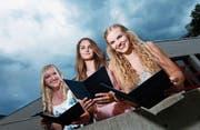 Ihnen steht die Freude über das Diplom ins Gesicht geschrieben (von links): Nicole Schmid, Emily Werkman (beide beste Berufsmatura) und Sira Lehmann (bestes EFZ).