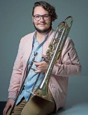 Bachelor-Absolvent Jonas Inglin mit seiner Bassposaune. (Bild: Maria Schmid (Zug, 19. September 2017))