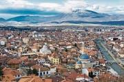 Blick über Prizren im Süden des Landes mit der osmanischen Steinbogenbrücke über den Fluss und den Bergen im Hintergrund. (Bild: Scott Biales/Getty)