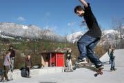 Noel Eicheberger am Skaten im neuen Skatepark in Sarnen. (Bild Nadia Schärli/Neue LZ)
