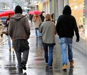 Sie sind sich an die Kälte gewöhnt: Alex*, Zilly* und Sandro* (von links) in der Zuger Bahnhofstrasse. (Bild: Stefan Kaiser / Neue ZZ)