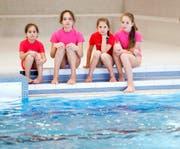 Zoya, Dascha, Katja und Lisa Kazakov (von links) fühlen sich beim Schwimmen in ihren farbigen Tops pudelwohl. Diese bedecken sicher die Kreuze, die die russischen Mädchen immer am Körper tragen. (Bild Stefan Kaiser)