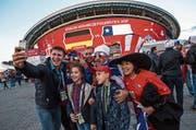 Russische Matchbesucher machen vor dem Stadion in Kasan ein Selfie mit chilenischen Fans. (Bild: Marcelo Machado/Getty (Kasan, 22. Juni 2017))