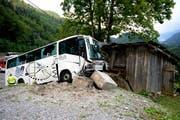 Der Touristencar ist am Mittwoch mit der Talstation einer Alpseilbahn zusammengestossen. (Bild: Keystone)