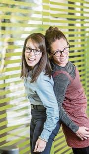 Feiern ihren Abschluss: Tatjana Hehli (links) aus Luzern und Natalie Keinath aus Zürich. (Bild: Nadia Schärli (Luzern, 14. September 2017))