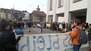 Zahlreiche Studenten nahmen an der Demo in Luzern auf dem Theaterplatz teil. (Bild: Leserbild Florian Mauchle)
