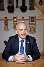 Bundesrat Ueli Maurer in seinem Büro im Finanzdepartement. (Bilder Manuela Jans-Koch)