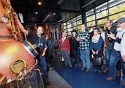 Der Brennmeister Tobias Hauser erklärt den Besuchern, wie die Brennerei funktioniert. (Bild: Werner Schelbert (Zug, 11. November 2017))