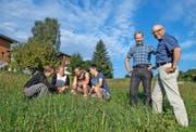 Prorektor Ruedi Tschachtli (ganz rechts), Leiter des Berufsbildungszentrums Natur und Ernährung in Schüpfheim, mit Rektor Walter Gut. Links im Bild bestimmen Schüler Gräser. (Bild Boris Bürgisser)