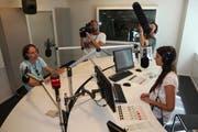 Gano im Studio von Radio Pilatus im August 2015 mit Musikredaktorin Gina De Rosa während den Dreharbeiten. (Bild: Roman Unternährer/Radio Pilatus)