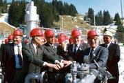 Energiefachleute drehen 1985 den Gashahn in Finsterwald auf (von links): Regierungsrat Erwin Muff, Hans-Peter Osterwalder, Werner Bühlmann, Heino Lübben, Walter Hunzinger. (Bild: PD)
