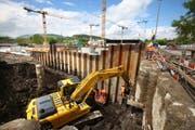 Die Spundwände für die zwei zusätzlichen Baugruben werden mit grossen Spezialmaschinen in den Boden gerammt. (Bild Laura Vercellone/Neue LZ)