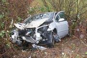Nach der Kollision mit dem Brückengeländer kam das Auto in einer Böschung zum Stillstand. (Bild: Zuger Polizei)