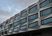 Die Fassade des sich im Bau befindenden neuen Uni-Gebäudes beim Bahnhof Luzern, in dem dereinst auch die PHZ beheimatet sein soll. (Bild Boris Bürgisser/Neue LZ)