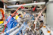 Physiker bei der Arbeit im Forschungszentrum Cern. Bild: Christian Beutler/Keystone (Genf, 10. Juli 2014)