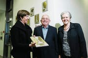 Die Hünenberger Gemeindepräsidentin Regula Hürlimann (links) übergibt Beda und Margrith Boos den Anerkennungspreis für ihr Lebenswerk. (Bild: Stefan Kaiser (Hünenberg, 5. Januar 2018))