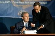 Nicolas Michel (rechts) reicht im September 2005 dem damaligen US-Präsidenten George W. Bush ein Dokument zur Unterzeichnung. (Bild: Getty/Michael Nagle)