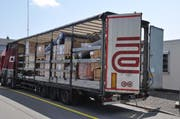 Ladung ungesichert und verrutscht: Der Lastwagen, den die Polizei aus dem Verkehr zog. (Bild Luzerner Polizei)