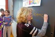 Zwei Fremdsprachen in der Primarschule (im Bild Frühenglisch-Unterricht) überfordere viele Kinder, findet die SVP des Kantons Nidwalden. (Bild: Keystone/Regina Kuehne)