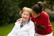 Eine Bewohnerin und eine Betreuerin des Betagtenzentrums Eichhof wagen einen Spaziergang. (Bild: Viva Luzern AG)