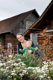 Kathrin Meyer (34), neue Präsidentin der Schweizerischen Katholischen Bauernvereinigung, mit Sohn Remo auf ihrem Hof in Willisau. (Bild Pius Amrein)