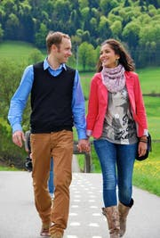 Der Luzerner Kulturmanager Pirmin Lötscher testet zusammen mit seiner Frau, der ehemaligen Miss Schweiz Bianca Sissing, den Liebesweg. (Bild: PD)