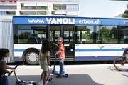 Schüler an der Bushaltestelle Herti in Zug. (Bild: Stefan Kaiser / Neue ZZ)