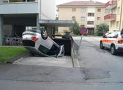 Das Auto kam in einer Garageneinfahrt zum Stehen. (Bild: Zuger Polizei)